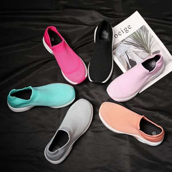 Women's sports shoes with thick soles and breathable mesh.